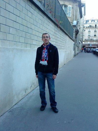c'est moi avec l'écharpe du  PSG .