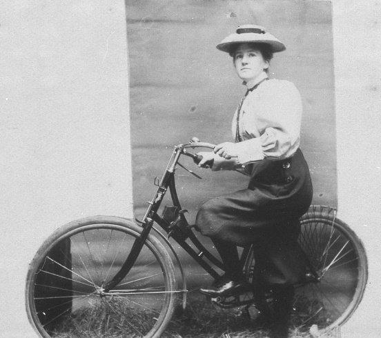 AMERICAN GIRL - REBECCA fait de la bicyclette ...