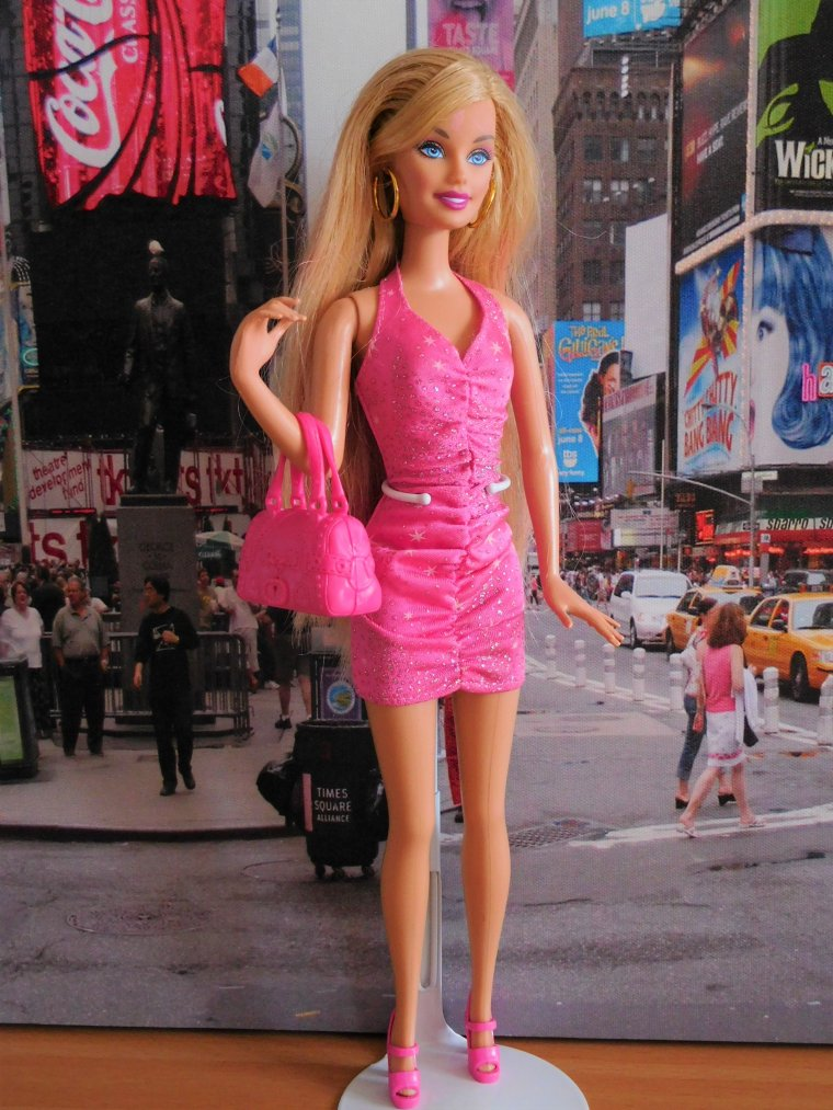 "BARBIE DOLL ""LOVES HAIR"" - 2010 :"