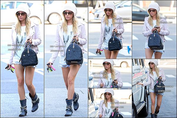 - 18 Mars - Ashley a été repéré lorsqu'elle quittait leSalonNine Zero Oneà West Hollywood.   J'adore toute sa tenu, surtout le short qui met c'est magnifique jambe en valeur. -
