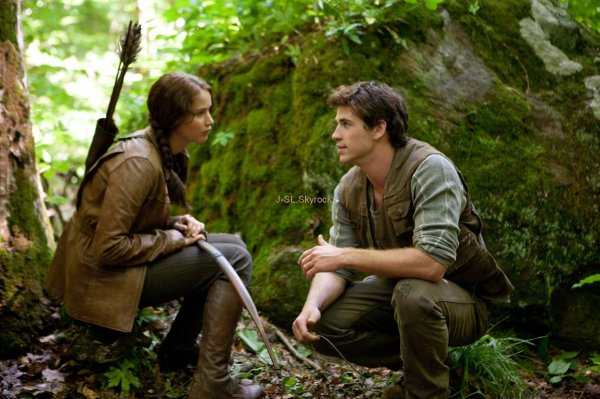-  Deux stills du film Hunger Games où Jennifer joue Katniss Everdeen.  -  -