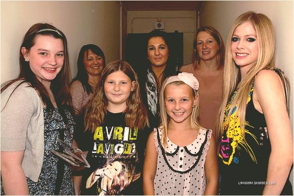 .  22 / 09 / 2011: Voici des photos provenant de la tournée The Black Star Tour, où des fans chanceux ont pu rencontrer Avril en backstage, grâce à un concours organisé par le site The Fragrance Shop. Cute ♥ .