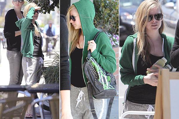 . 25 Juin 2012: Avril a été vu se rendant chez le médecin au Cedars-Sinai Medical Center à B.H. J'aime beaucoup son sweat vert American Apparel. Sinon on ne voit pas très bien la nouvelle coiffure de Av, c'est dommage !  .
