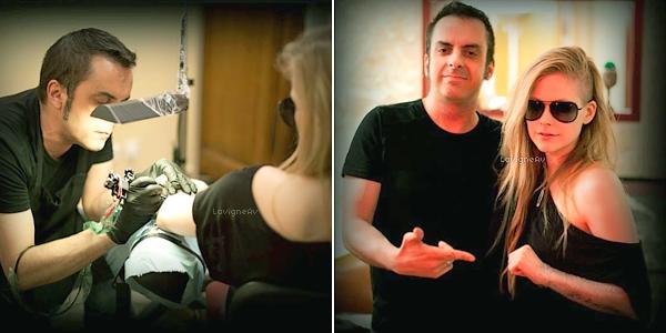 """. 28 Juin 2012: Avril a été aperçu a Los Feliz en compagnie de Chad Kroeger.  J'adore sa tenue, pour moi c'est un gros top ! La coiffure aussi, ça change et ça lui va très bien je trouve ! De plus, Avril a 2 nouveaux tatouages: une tête de mort ( réalisé avec Marilyn Manson clic <- ? ), et """"La vie en rose"""". Magnifiques ! Vos avis? ♥   ."""