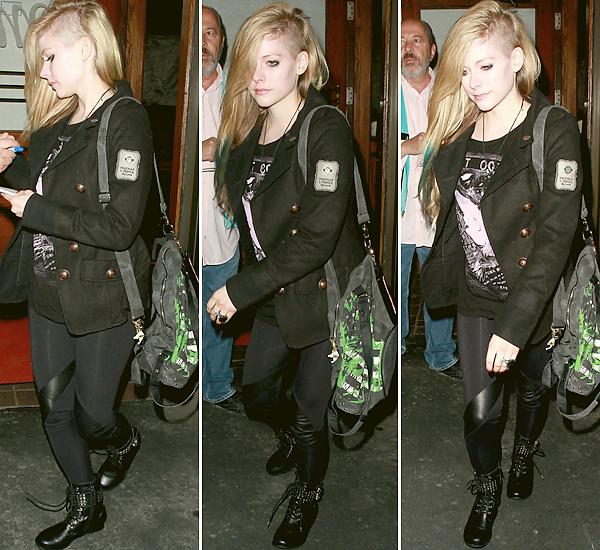. 06 Juillet 2012: Avril a été photographié au Madeo Restaurant à Los Angeles. Avril est jolie mais je n'aime pas sa tenue. + Article: une source affirmerait qu'entre Manson et Avril une romance naîtrait. .