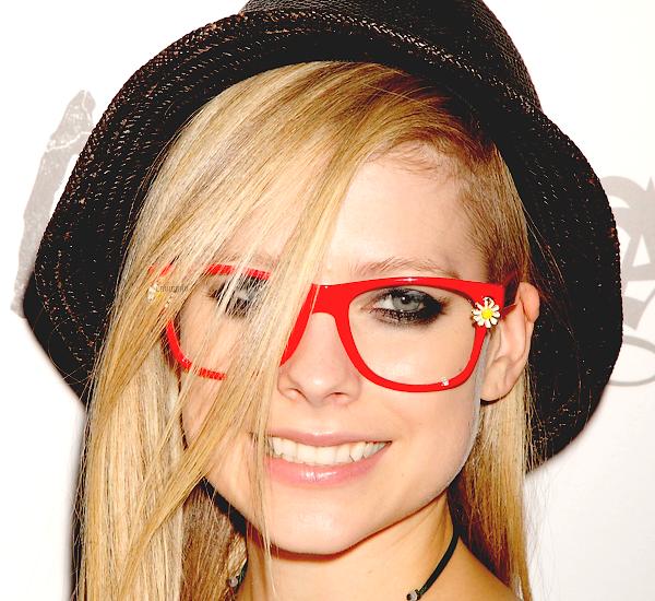 . 21/08/2012: Av à la convention Magic Marketplace à Las Vegas pour Abbey Dawn . Avril est très jolie, non? De plus: Sachez que Avril est officiellement fiancée au chanteur Chad Kroeger du groupe Nickelback