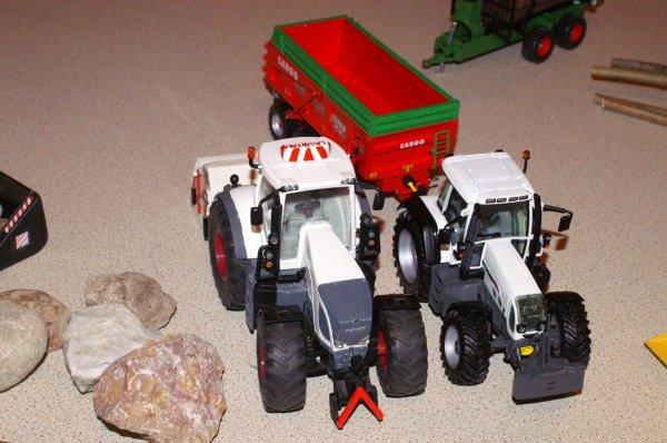 mes deux tracteurs blancs