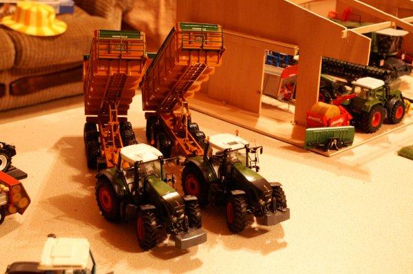 2 gros tracteurs et 2 grosse bennes