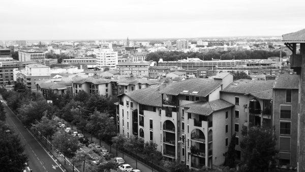 La ville, pour quelqu'un qui ne sait pas lire, c'est d'abord des pistes d'odeurs, un bruit de fond, des éclairs et des chatoiements.