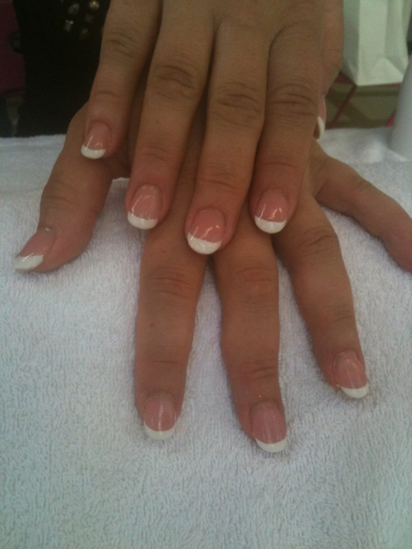 French + Gel · French + Gel. sur ongle naturel a bout rond