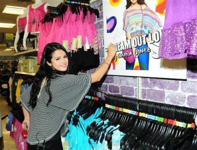 """24/04 - Rencontre de fans au Kmart pour la collection """"Dream Out Loud"""", Los Angeles"""