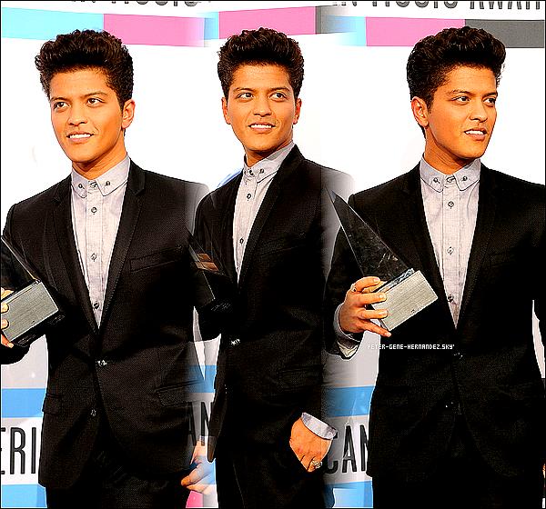 Ta source sur le chanteur a la voix d'ange Bruno Mars de son vrai nom Peter Gene Hernandez!