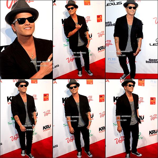 16/02/12 - Bruno & ses inséparables Ray Banétaitdans un club deLas Vegaspour y donner un concert.