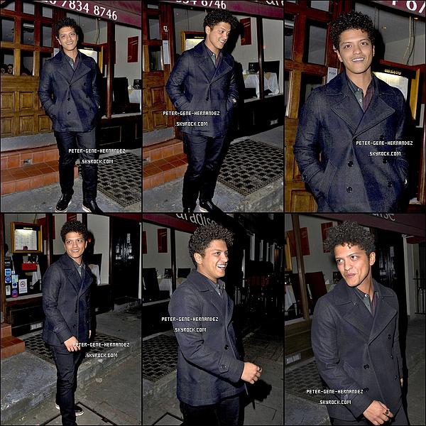 20/02/12 - B. les cheveux en bataille et le sourire au lèvres, sortant d'un restaurant indien de Londres.