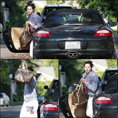 24/12/2010 << Après sa gym avec sa soeur Jennifer Tisdale, sa meilleure amie Vanessa Hudgens et sa soeur Stella Hudgens, Ashley est rentrée chez elle. Plus tard,