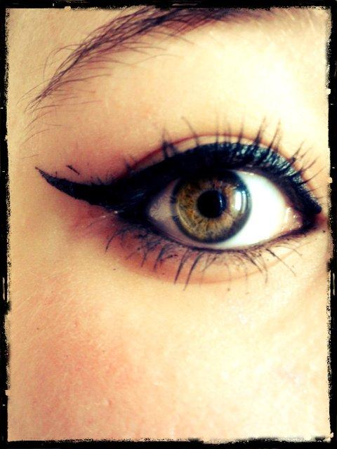 Loin des yeux ; Mais prés du coeur .