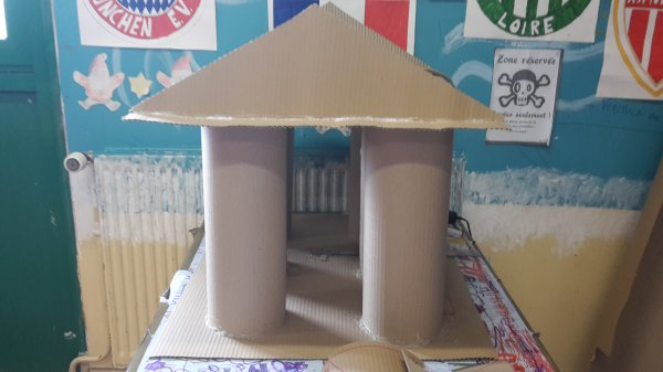 Maquette temple grec avec étapes avec les enfants, accueil de loisirs (c'est ma salle, c'est très foot mdr))