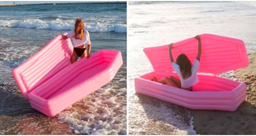 Voilà pour cet été à la plage un bateau gonflable  cercueil hi hi trop cool !