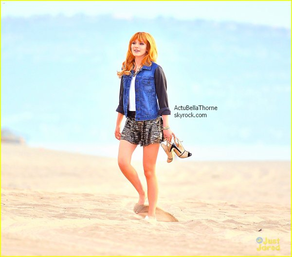 Bella sur la plage de Plana Del Rey pour filmer un spot publicitaire Mercredi après-midi (13 novembre) désolé pour la qualité