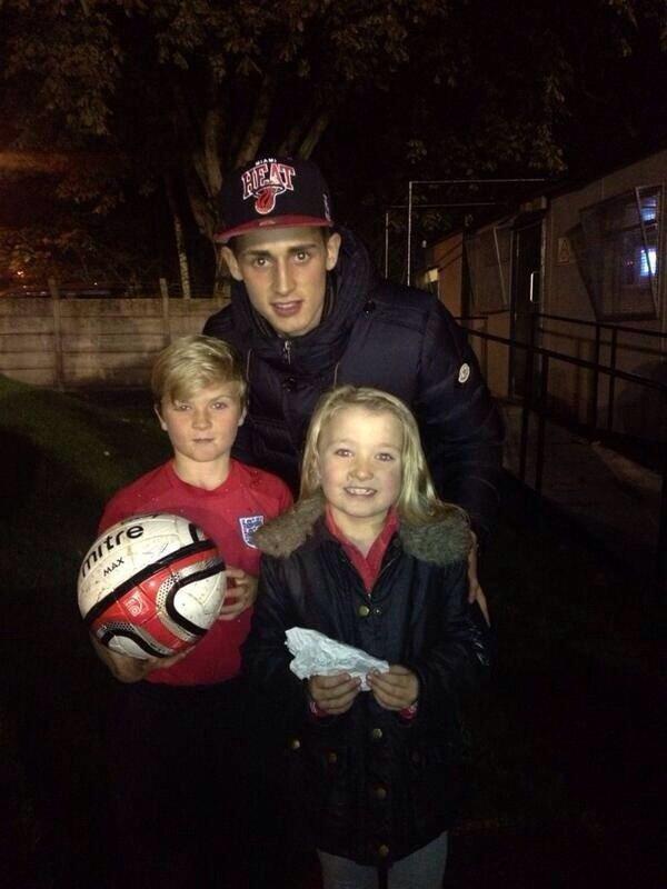 Januzaj Adnan et des jeunes fans