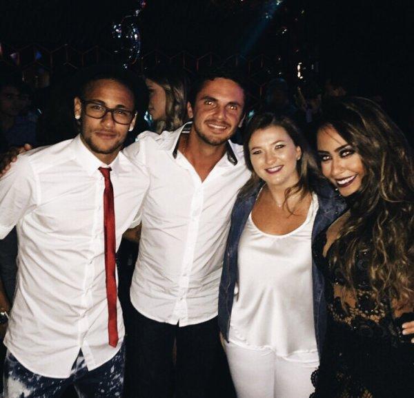 Neymar Jr avec des amies pendant l'anniversaire de sa soeur