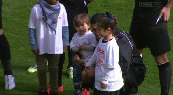 Luis Suarez à un match de charité avec ses enfants