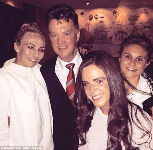 Louis Van Gaal & sa femme fête la victoire avec Herrera, Mata & Blind