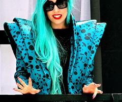 Lady Gaga avec son look extravagant (l)