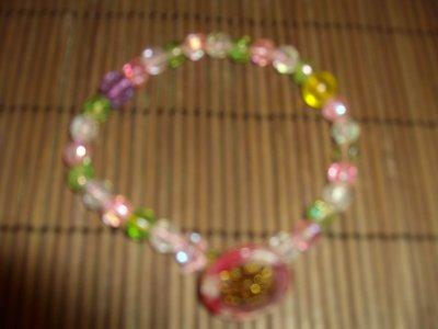 Rosée du matin - bracelet avec bouton au centre et perles de cristal multicolore
