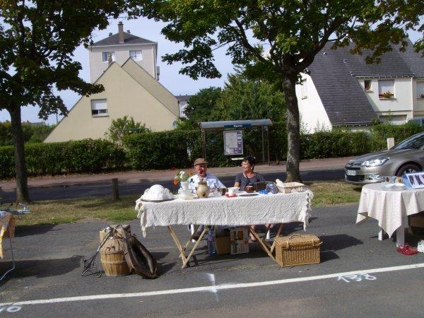 le dimanche 1 septembre 2013 Brocante du basket boulevard Paul Langevin  a Saint Pierre des corps  emplacement 112 et 113 a la hauteur de la loco......
