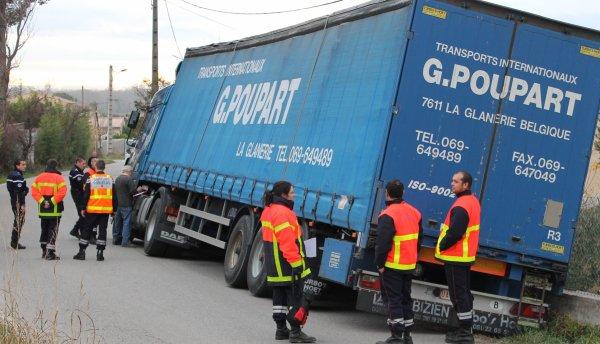 Route étroite, un camion se couche sur le coté