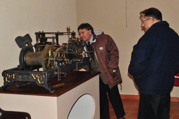 Un mécanisme hors du temps, exposé à la salle du moulin.