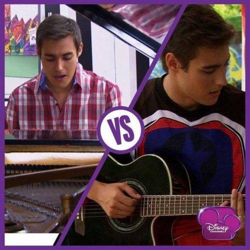 Leon au piano vs Leon à la moto