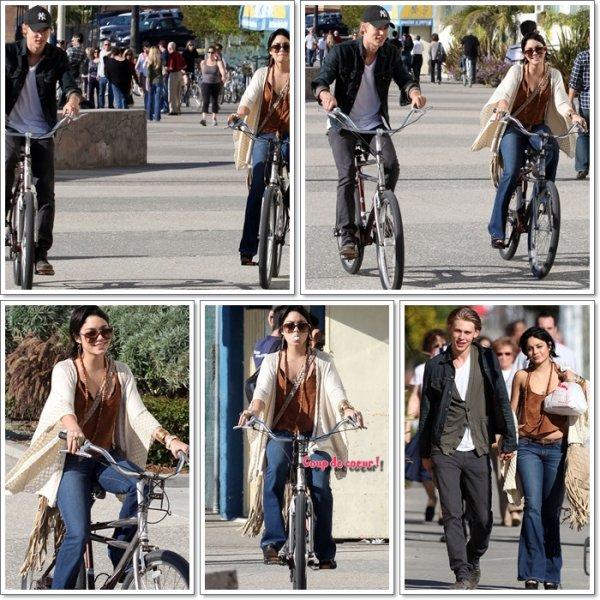Saturday, November 26th; Vanessa faisant du célo dans les rues de Venise accompagnée de son chéri Austin.