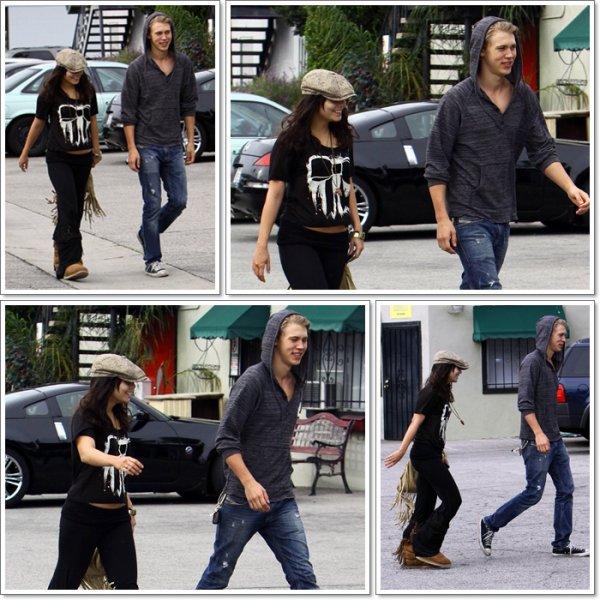 Saturday, December 3rd; Vanessa & Austin se promenant dans les rues de Burbank en Californie. Ils sont magnifiques là je trouve, Super TOP pour les deux.