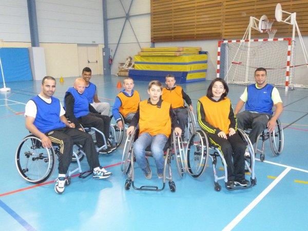 les boxeurs douaisiens parigo, farid, leo et remy  s initient au handi basket a pecquencourt