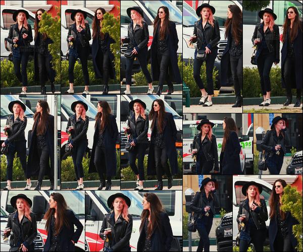 01/11/17 - Amber Heard a été photographiée, marchant avec Leila Bartell, dans les rues de - Los Feliz. Encore une très chouette tenu pour Amber qui a toujours les cheveux roses et ses chaussures habituelles. Toute mignonne, un joli top