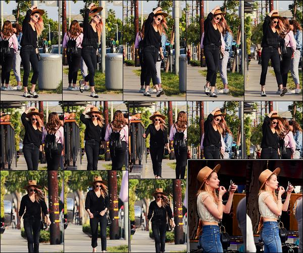 10/11/17 - Amber Heard a été aperçue quittant le café Gratitude où elle a déjeuné dans West Hollywood.  Le 13/11, Amber a été faire un petit tour au marché Pasadena Flea. Comme d'habitude, elle est mignonne, petit plus pour le chapeau!