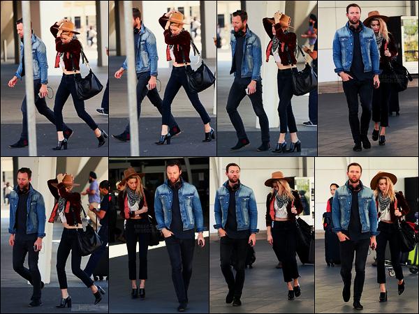15/11/17 - Notre Amber Heard accompagnée d'un ami, a été photographiée arrivant à  Sydney en Australie. Amb avait l'air assez fatiguée lors de cette sortie, en même temps sacré décalage horaire.  Côté tenue, j'aime bien cet assemblement, top.