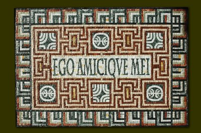 """Ego Amicique Mei"", maxime latine..."