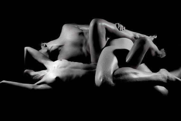 tant de souvenir... dans ces mur imprégné de plaisir... de sensualité et de tendresse... lorsque nos mains jouais de caresse...  je me rappel tout nos moment... il sont en moi à chaque instant... comme chaque détail de ton corps... au fond de mon c½ur, mon trésor...  toi qui sait si bien me dire je t'aime... a ta façon ma belle magicienne... sans un mot ni paroles... juste des regard qui dans mon coeur résonne...  ravage mon corps de tes mains... jusqu'à m'en laisser calme et serein... enflamme moi le c½ur... par ton amour et ta chaleur...  viens mon amour, blotti toi... encore et encore tout contre moi... laisse moi t'enlacer... et à jamais t'aimer...