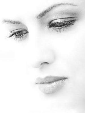 quand je vois tes yeux, on dirait que plus rien n'est important. le monde entier disparaît, il ne reste que toi et moi