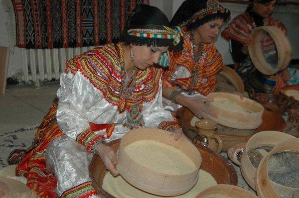 les femmes  prepare  le couscous