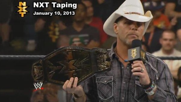 Shawn Michaels présente le NXT Tag Team Championship