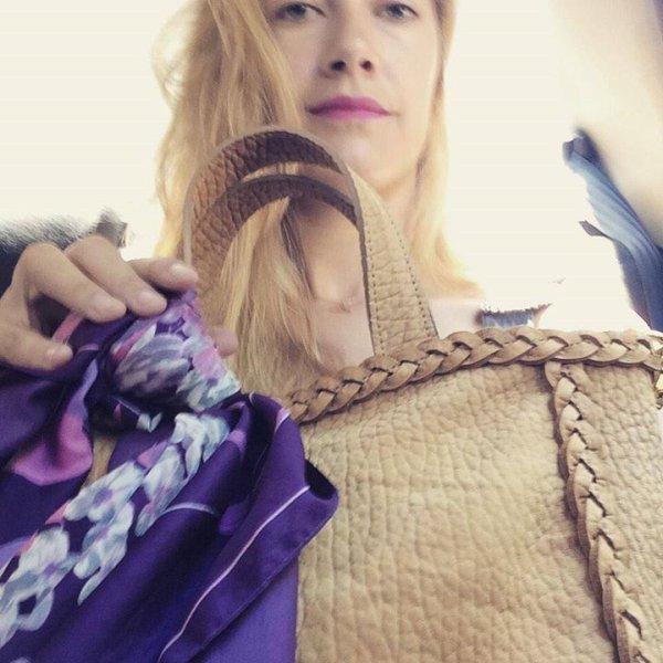 """Nouvelle photo de Clara avec son """" nouveau sac """" de chez Julieta Sedler."""