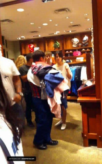 22.07 - Justin et Selena à Disneyland et Justin et son père chez le tatoueur