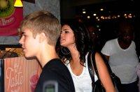 19.08 - Justin et Selena dans un centre commerciale à Philadelphie