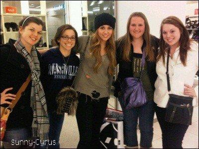 Le 18.12.10; Miley a était vu avec des fans à le Nouvelle-Orléans.