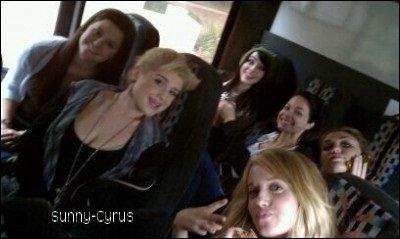 Voici une photo de Miley prise dans un bus lorsque les filles se rendaient sur le tournage.