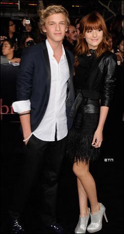Bella Thorne, accompagnée de son amie Pia Mia, s'est rendue le 14 novembre à la première de Twilight 4 partie 1 : Breaking Dawn.  Côté tenue : Bella portait une robe noire avec des bottines argentées. Tenue simple mais sympa ! Elle a laissé ses cheveux libres, attachant juste une mèche sur le côté avec une pince. C'est encore un TOP !
